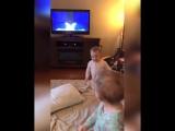 Близнецы разыгрывают сценки из мультфильма Холодное сердце (6 sec)