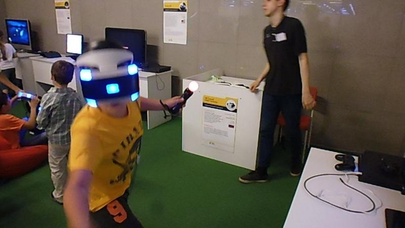 Стёпка играет в очках виртуальной реальности