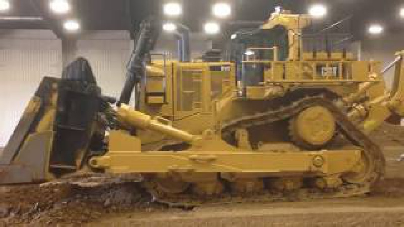 Вот это игрушка, весом 104 тонны Caterpillar d11t на радиоуправлении!