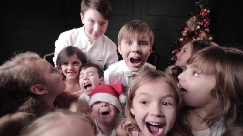 Дети поздравили продавцов игрушек с Новым Годом