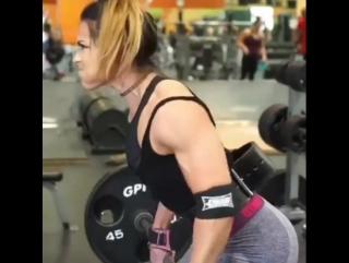 Девушка прокачивает спину