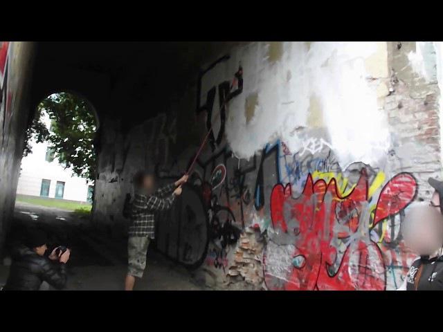 архивное видео граффити процесс молодых ребят где то во дворах площадь иль...