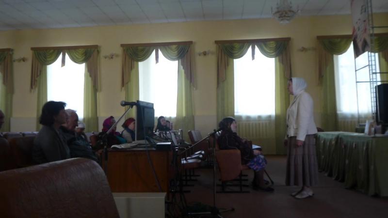 Добровольцы группы милосердия проводят беседу о православии