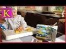 Лего Дупло. Кейти собирает машинку из конструктора лего дупло.