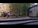 В Ярославле дорожники трактором отодвинули машину, мешавшую делать ремонт