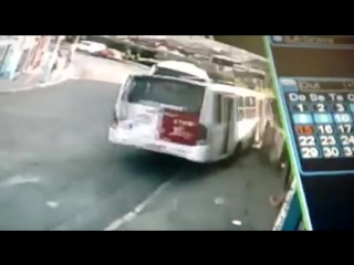 Motorista distraído no celular confundiu botão de abrir a porta com o que solta o freio de mão