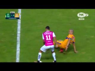 Футболист из Мексики унизил соперника своим дриблингом