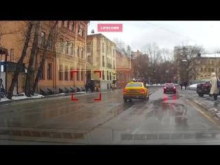 Снежная глыба чуть не убила девушку в Москве