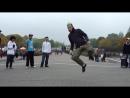 Мельбурн шаффл (танец) на Александерплац в Берлине.