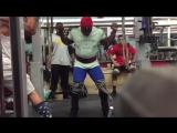 Кевин Оак приседает 368.5 кг в наколенных бинтах вес атлета 107 кг
