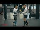 Тайский бокс с чемпионом мира - как бросить противника в клинче. Обучающее видео от 4ММА