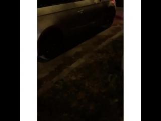 Девушка на Ауди в центре Казани снимает номера на платной парковке