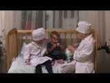 Дети играют в доктора - Малыш падает с горки, бинтуем травму головы