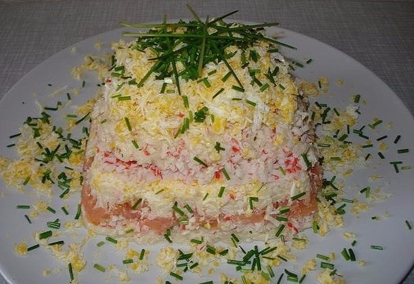 """Салат """"Океан"""" Ингредиенты: Шпроты — 1 банка Яйца — 2"""