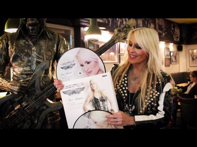 Doro zeigt die ersten Exemplare der neuen CD LP