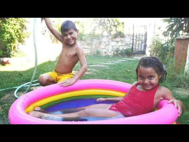 FındıkAilesi şişme havuzu kuruyor 🏊👙💣 BANYO BOMBASI ile eğlence! ÇocukOyunları izle
