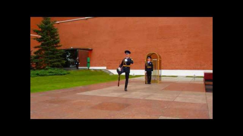 Смена почетного караула у вечного огня в Москве