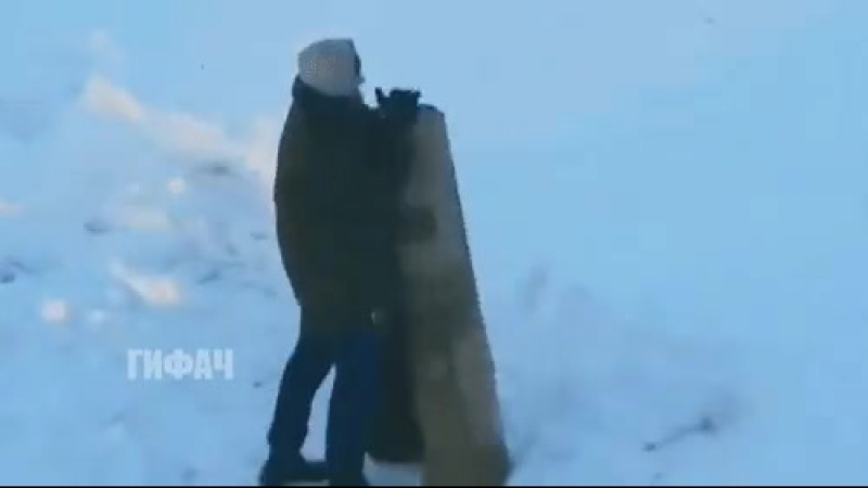 мужчина выбивает ковер