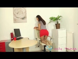 Длинноногая офисная красотка в узкой юбке
