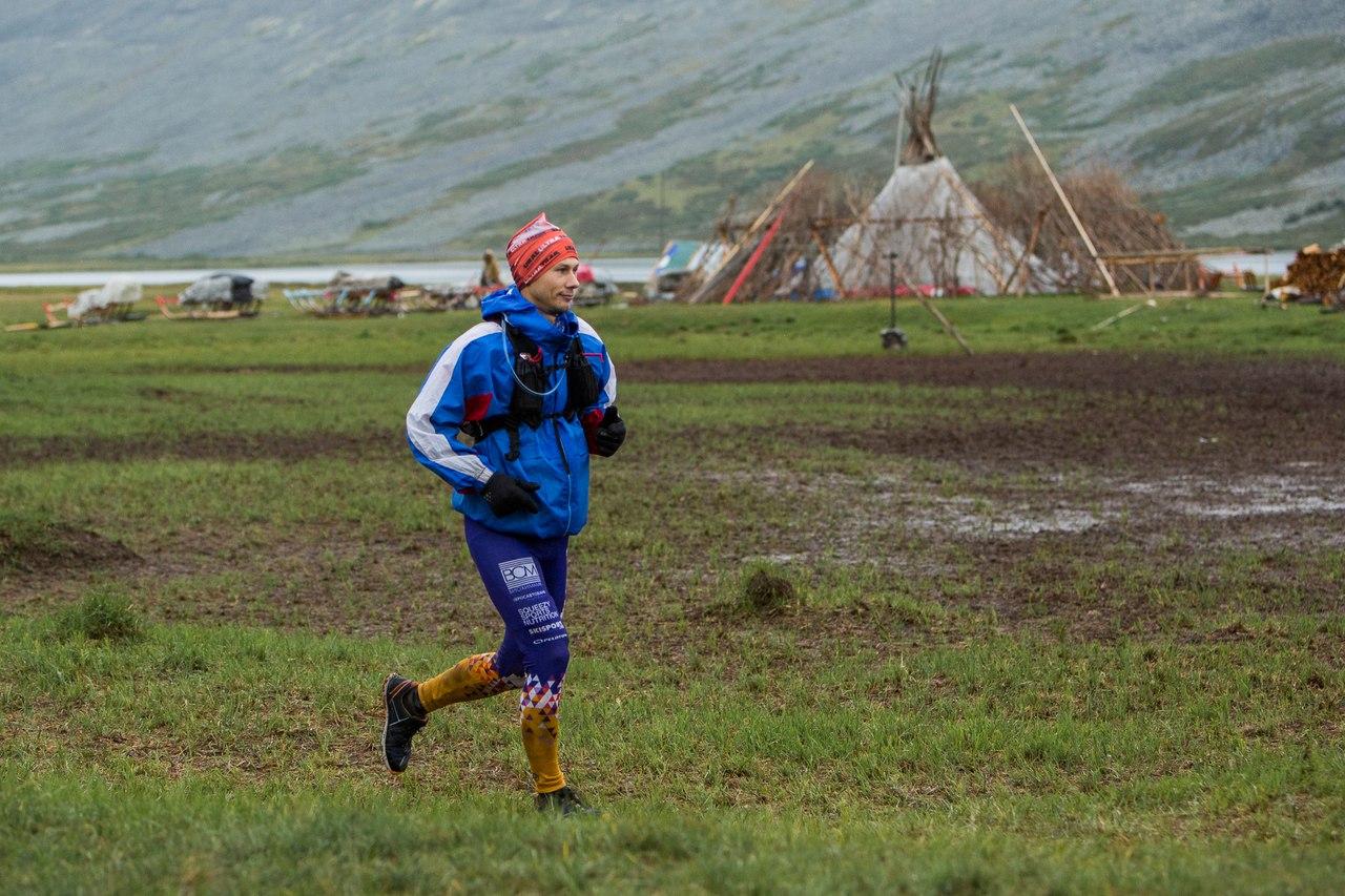 Чум оленеводов на седьмом километре дистанции. На фото Влад Панфилов из команды МГУ