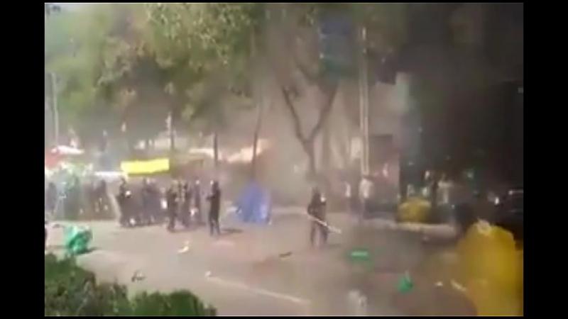 México. Campesinos dan paliza a granaderos CdMx en protesta contra gasolinazo. ElCampoNoAguantaMás FueraPeña FueraPRI