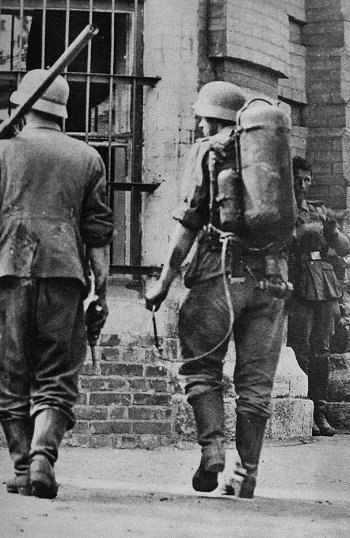 Солдаты Вермахта с огнемётом. Брестская крепость, 1941г.