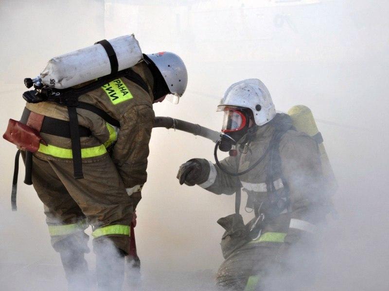 Пожарные тушили в Мурманске гаражи и автомобиль