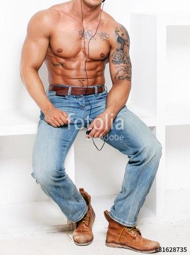 Голый парень в джинсах интересно