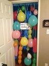 Идея как поздравить именинника: Привязать шарики к косяку двери.