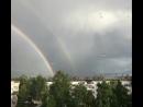 Двойная радуга и падают капли дождя