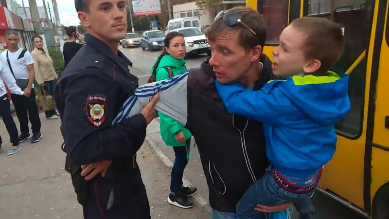 Отца с малышом задерживает полиция.Беспедел полиции.Заковали отца при ребёнке в наручники