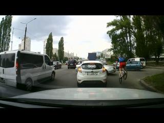 Эффектное ДТП с велосипедистом.