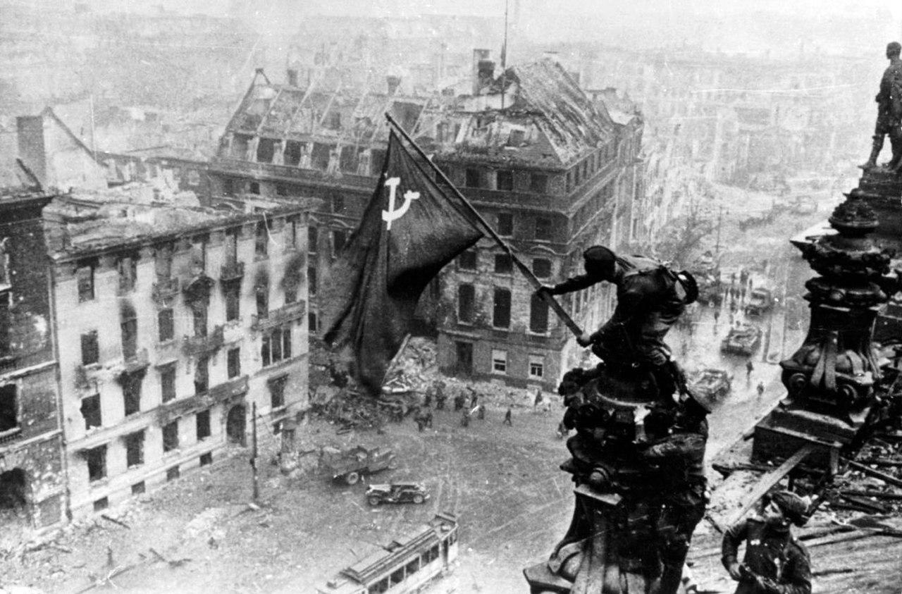 Официально все учебники по истории ХХ века рассказывают о том, что первыми Знамя Победы над Рейхстагом водрузили Михаил Егоров и Мелитон Кантария. Русский и грузин. Произошло это около 3.00 часов 1 мая 1945 года.