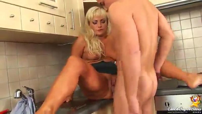 На с фильмы порно друзьями кухне трахается мама сына