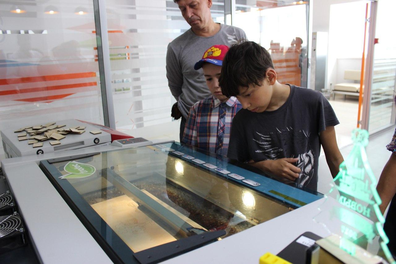 Лазерный гравер Trotec в руках у школьников незаменимый инструмент для творчества