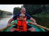 Прогулка по реке на лодке дружной и счастливой семьи Гажиенко