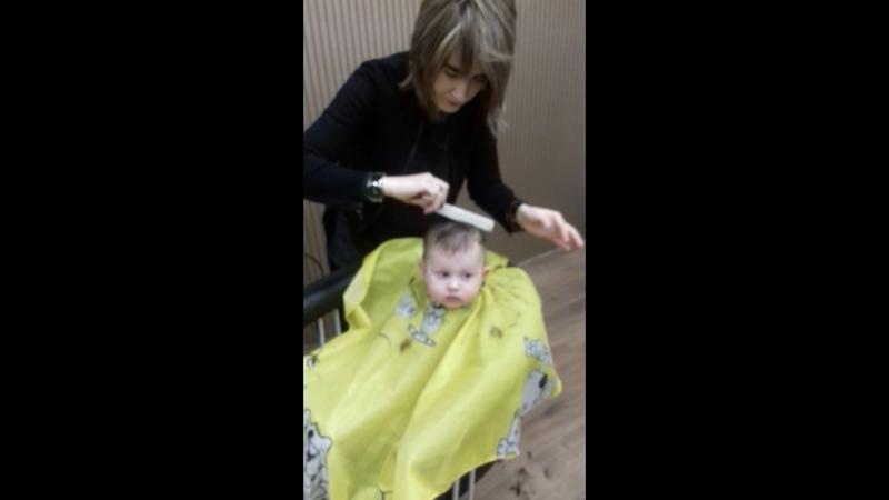 Назарчик впервые в парикмахерской у тети Кати............понравилось)