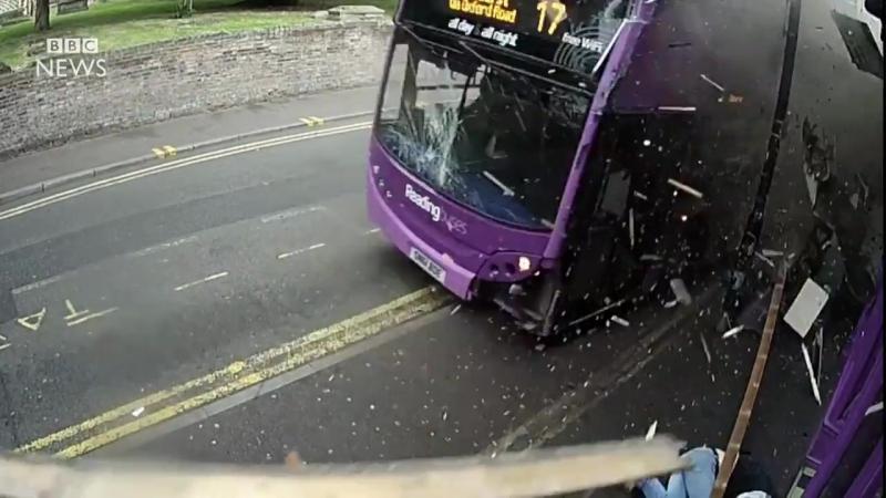 Его сбил автобус а ему пофиг
