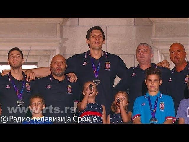 Svečani doček košarkaša ispred Starog dvora - intoniranje himne Srbije