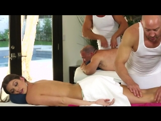 Муж пузан с красавицей женой пришли на массаж, но он не знал, что его шлюшка готова трахнуться при нём с двумя массажистами.