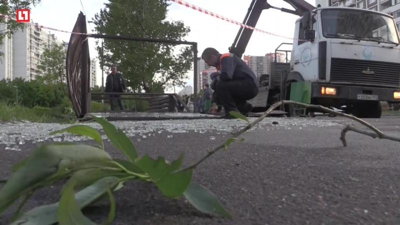 У метро Пражская автобусную остановку вырвало ураганом и отбросило на пешеходов. Погиб один человек.