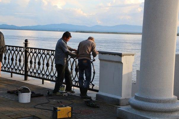 """Работы на Набережной продолжаются, сообщает """"Открыты город"""". Даже в выходные..."""