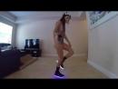 Девушка классно танцует.