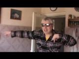 Гена в очках танцует