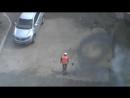 Рабочий поливает смолу на дорогу видео 2013 года
