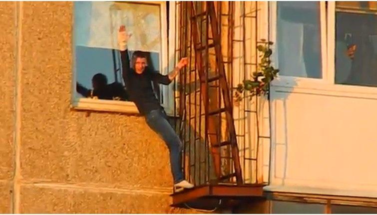 В Мурманске парень с гипсом повис на решетке балкона