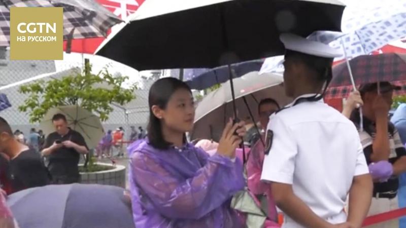 Жители Сянгана во время дня открытых дверей НОАК укрывали солдат от дождя с помощью своих зонтов