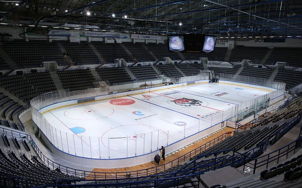 Хоккейное поле в Платинум Арене перевели на канадские стандарты