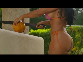 Dolly Castro. How to cut a coconut like a BOSS