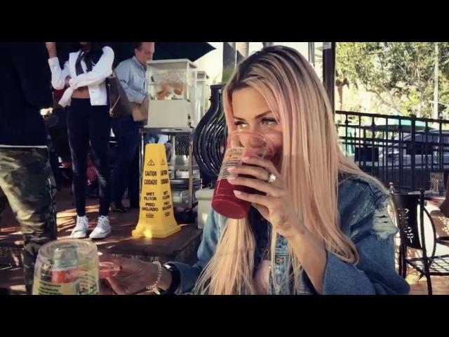 Виктория Боня отдыхает с другом в кафе на улице и наслаждается фрешем
